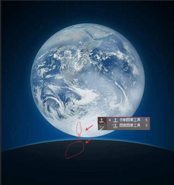 微信封面永远有着一个孤独而又可爱的小孩,如何将自己P成微信地球的新人类,那就跟着一起来吧!   效果图:    原图:    素材:    接下来就要开始啦!   1:首先,打开微信开机画面原图    2:使用仿制图章工具把原图中的人物和影子去掉    3:打开要替换的素材图片,扣取需要的部分,然后拷贝到已经去掉原人物的微信开机画面图中,调整大小为位置    4:载入选区,然后填充黑色,使用橡皮擦工具去掉边缘没扣干净的部分    5:接下来需要做一个影子,这需要了解光源的方向,在这里我们默认光源在正前